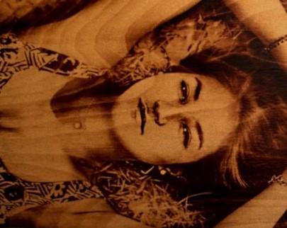 портрет на дереве на заказ в Барнауле